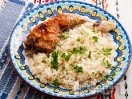 Печени пилешки бутчета с ориз и магданоз на фурна